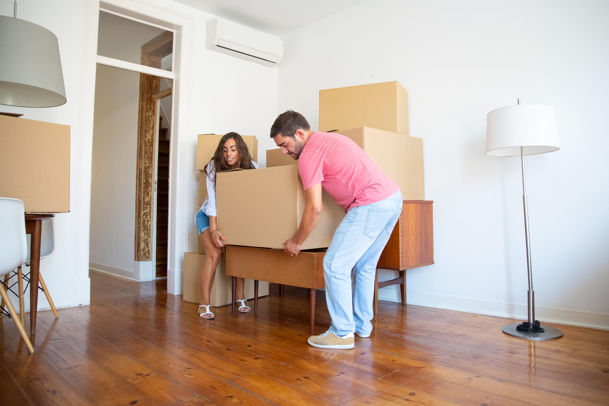 Young Hispanic couple moving into new apartment. Инвестиции в недвижимость